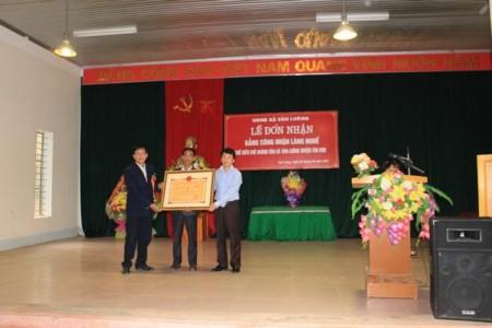 Đồng chí Tạ Ngọc Yến - Phó Chủ tịch UBND huyện Tân Sơn trao bằng công nghận làng nghề chế biến chè Hoàng Văn