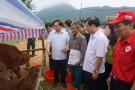 Đồng chí Vi Trọng Lễ - Ủy viên BTV Tỉnh ủy, Phó Chủ tịch HĐND tỉnh trao bò cho hộ nghèo huyện Tân Sơn