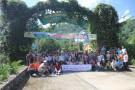 Đoàn chụp ảnh tại cổng vườn quốc gia Xuân Sơn