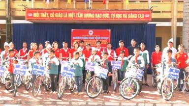 Trao tặng xe đạp cho các em học sinh có hoàn cảnh khó khăn