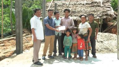 Ủy ban MTTQ huyện Tân Sơn trao tiền hỗ trợ xây dựng nhà cho hộ nghèo xã Thu Cúc.