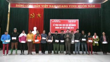 Trao 250 xuất quà Tết cho hộ nghèo tại huyện Tân Sơn